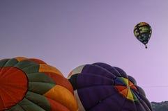 Διογκώστε τα μπαλόνια και πετάξτε Στοκ εικόνες με δικαίωμα ελεύθερης χρήσης