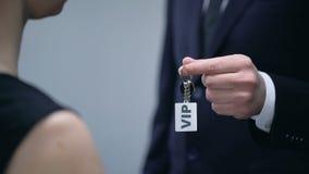 Διοικητής ξενοδοχείων που δίνει τα κλειδιά γυναικών στο VIP διαμέρισμα, υπηρεσία ξενοδοχείων πολυτελείας απόθεμα βίντεο