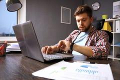 Διοικητική έννοια επιχειρήσεων και χρόνου Τονισμένο επιχειρησιακό άτομο που εξετάζει το wristwatch Ανθρώπινη συγκίνηση Στοκ Φωτογραφίες