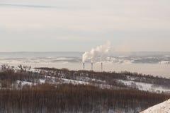 Διοξείδιο του άνθρακα ρύπανσης καπνοδόχων spew στην ατμόσφαιρα Στοκ φωτογραφία με δικαίωμα ελεύθερης χρήσης