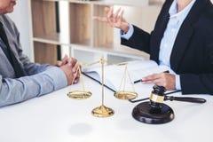 Διοργάνωση της συνεδρίασης με την ομάδα στην εταιρία νόμου, διαβουλεύσεις μεταξύ ενός FEM στοκ εικόνα