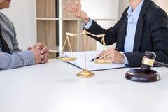 Διοργάνωση της συνεδρίασης με την ομάδα στην εταιρία νόμου, διαβουλεύσεις μεταξύ ενός FEM στοκ φωτογραφία με δικαίωμα ελεύθερης χρήσης