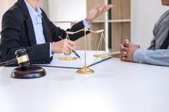 Διοργάνωση της συνεδρίασης με την ομάδα στην εταιρία νόμου, διαβουλεύσεις μεταξύ ενός FEM στοκ εικόνα με δικαίωμα ελεύθερης χρήσης