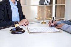 Διοργάνωση της συνεδρίασης με την ομάδα στην εταιρία νόμου, διαβουλεύσεις μεταξύ ενός FEM στοκ εικόνες