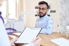 Διοργάνωση των διαβουλεύσεων στο οδοντικό δωμάτιο Στοκ φωτογραφία με δικαίωμα ελεύθερης χρήσης