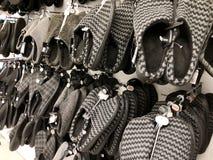 ΔΙΟΣΚΟΡΕΑ ΡΟΠΑΛΩΝ, ΙΣΡΑΗΛ 11 ΔΕΚΕΜΒΡΊΟΥ 2017: Θερμά παπούτσια που κρεμούν στο μετρητή Στοκ φωτογραφία με δικαίωμα ελεύθερης χρήσης