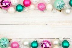 Διπλά σύνορα μπιχλιμπιδιών Χριστουγέννων κρητιδογραφιών πέρα από το άσπρο ξύλο στοκ φωτογραφία με δικαίωμα ελεύθερης χρήσης