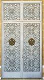 Διπλές πόρτες με τους δικτυωτούς φραγμούς Στοκ Φωτογραφία