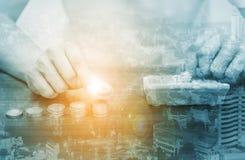 Διπλές τραπεζικές εργασίες και άνθρωποι ν τραπεζικών εργασιών και Διαδικτύου έκθεσης σε απευθείας σύνδεση Στοκ εικόνες με δικαίωμα ελεύθερης χρήσης