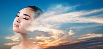 Διπλή έκθεση της γυναίκας και του όμορφου ηλιοβασιλέματος στοκ φωτογραφία με δικαίωμα ελεύθερης χρήσης