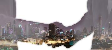 Διπλή έκθεση της χειραψίας επιχειρηματιών στην πόλη της επιχείρησης στοκ εικόνες