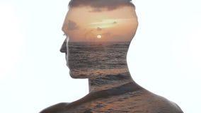 Διπλή έκθεση του ατόμου και του όμορφου ωκεάνειου ηλιοβασιλέματος Διπλή έκθεση των κυμάτων ατόμων και θάλασσας φιλμ μικρού μήκους