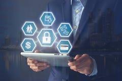Διπλή έκθεση των χεριών επιχειρηματιών που κρατά την ψηφιακή ταμπλέτα με ελεύθερη απεικόνιση δικαιώματος