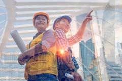 Διπλή έννοια εργαλείων και κατασκευής εφαρμοσμένης μηχανικής έκθεσης Βιομηχανική εφαρμοσμένη μηχανική κρανών ασφάλειας ένδυσης μη στοκ φωτογραφία με δικαίωμα ελεύθερης χρήσης
