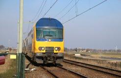 Διπλή αμαξοστοιχία περιφερειακού σιδηροδρόμου καταστρωμάτων σε έναν crossway σε Moordrecht στοκ φωτογραφία με δικαίωμα ελεύθερης χρήσης