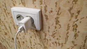 Διπλή ηλεκτρική έξοδος στον τοίχο και ο συμπεριλαμβανόμενος φορτιστή στοκ εικόνα με δικαίωμα ελεύθερης χρήσης