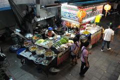 διπλανός δρόμος εστιατορίων κουζινών της Μπανγκόκ στοκ εικόνα με δικαίωμα ελεύθερης χρήσης