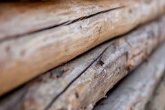 Διπλωμένες ξύλινες καφετιές και γκρίζες σανίδες σε ένα πριονιστήριο Συσσωρευμένοι πίνακες κληθρών ως σύσταση στοκ φωτογραφία με δικαίωμα ελεύθερης χρήσης