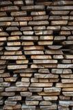 Διπλωμένες ξύλινες καφετιές και γκρίζες σανίδες σε ένα πριονιστήριο στοκ φωτογραφία με δικαίωμα ελεύθερης χρήσης