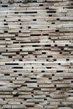 Διπλωμένες ξύλινες καφετιές και γκρίζες σανίδες σε ένα πριονιστήριο στοκ φωτογραφίες