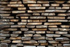 Διπλωμένες ξύλινες καφετιές και γκρίζες σανίδες σε ένα πριονιστήριο στοκ εικόνα με δικαίωμα ελεύθερης χρήσης