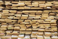 Διπλωμένες ξύλινες καφετιές και γκρίζες σανίδες σε ένα πριονιστήριο Συσσωρευμένοι πίνακες κληθρών ως σύσταση στοκ φωτογραφίες