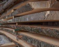 Διπλωμένες ξύλινες σανίδες σε ένα πριονιστήριο Συσσωρευμένοι πίνακες ως σύσταση στοκ εικόνες