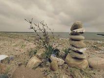 Διπλωμένη πυραμίδα χαλικιών Στρογγυλευμένες πέτρες χαλικιών στην παραλία θάλασσας Στοκ φωτογραφία με δικαίωμα ελεύθερης χρήσης
