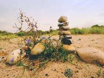 Διπλωμένη πυραμίδα χαλικιών Στρογγυλευμένες πέτρες χαλικιών στην παραλία θάλασσας Στοκ Εικόνες