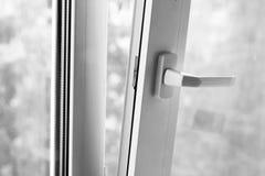 Διπλός-βερνικωμένα παράθυρα, νέο πλαστικό παράθυρο, διπλό γυαλί, Στοκ φωτογραφία με δικαίωμα ελεύθερης χρήσης