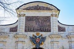 Διπλός-διευθυνμένη κάλυψη αετών των όπλων στην πύλη του Peter ` s του Peter Στοκ φωτογραφία με δικαίωμα ελεύθερης χρήσης