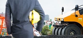 Διπλός μηχανικός έκθεσης με το κίτρινο κράνος ασφάλειας Στοκ Φωτογραφίες