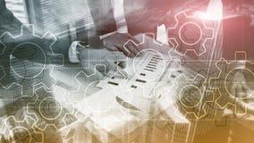 Διπλός μηχανισμός εργαλείων έκθεσης στο θολωμένο υπόβαθρο Έννοια αυτοματοποίησης επιχειρήσεων και βιομηχανικής διαδικασίας στοκ φωτογραφίες