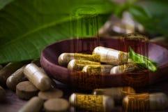 Διπλός σωλήνας δοκιμής έκθεσης και βοτανικό φάρμακο στο χάπι και την κάψα επάνω Στοκ Εικόνες