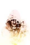 Διπλό άτομο έκθεσης στην κουκούλα Σκιαγραφία ενός με κουκούλα ατόμου δημιουργικός Επίδραση της διπλής έκθεσης Στοκ φωτογραφία με δικαίωμα ελεύθερης χρήσης
