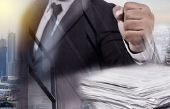 Διπλό επιχειρησιακό άτομο έκθεσης στο μαύρο κοστούμι στοκ εικόνες