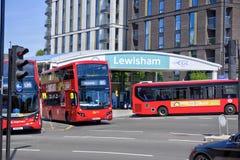 Διπλό κατάστρωμα και ενιαία λεωφορεία καταστρωμάτων που ο προηγούμενος σταθμός Lewisham DLR στοκ φωτογραφίες με δικαίωμα ελεύθερης χρήσης