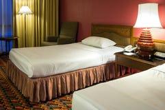 Διπλό κρεβάτι με τον επιτραπέζιο λαμπτήρα στην κρεβατοκάμαρα Στοκ Φωτογραφίες