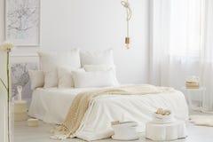 Διπλό κρεβάτι με το κάλυμμα Στοκ εικόνες με δικαίωμα ελεύθερης χρήσης