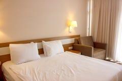 Διπλό κρεβάτι τα άσπρα linens, που προετοιμάζονται με για τον ύπνο ώρας για ύπνο στοκ εικόνες