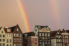 Διπλό ουράνιο τόξο και παραδοσιακά σπίτια του Άμστερνταμ Στοκ Φωτογραφίες