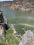 Διπλό ουράνιο τόξο πέρα από τον ποταμό στοκ φωτογραφία