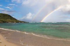 Διπλό ουράνιο τόξο πέρα από τον όμορφο όρμο με το τυρκουάζ νερό στη Γουαδελούπη, καραϊβική Στοκ Φωτογραφία
