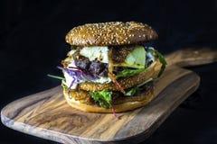 Διπλό burger καταστρωμάτων με το τυρί και τα φυλλώδη πράσινα Στοκ εικόνες με δικαίωμα ελεύθερης χρήσης