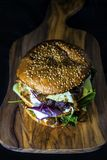 Διπλό burger καταστρωμάτων με το τυρί και τα φυλλώδη πράσινα Στοκ φωτογραφία με δικαίωμα ελεύθερης χρήσης