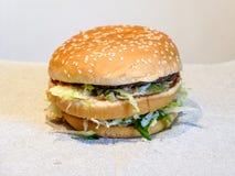 Διπλό Burger με τα juicy κεφτή στοκ εικόνες
