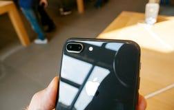 Διπλό 12mps νέο iPhone 8 καμερών και iPhone 8 συν στη Apple Store Στοκ Εικόνες