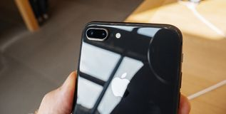Διπλό 12mps νέο iPhone 8 καμερών και iPhone 8 συν στη Apple Store Στοκ φωτογραφία με δικαίωμα ελεύθερης χρήσης