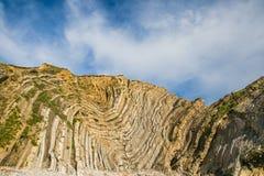 Διπλώματα ασβεστόλιθων στους απότομους βράχους κιμωλίας τρυπών σκαλοπατιών και το μπλε ουρανό στοκ φωτογραφία