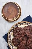 Διπλά μπισκότα σοκολάτας με τον καφέ Στοκ εικόνες με δικαίωμα ελεύθερης χρήσης